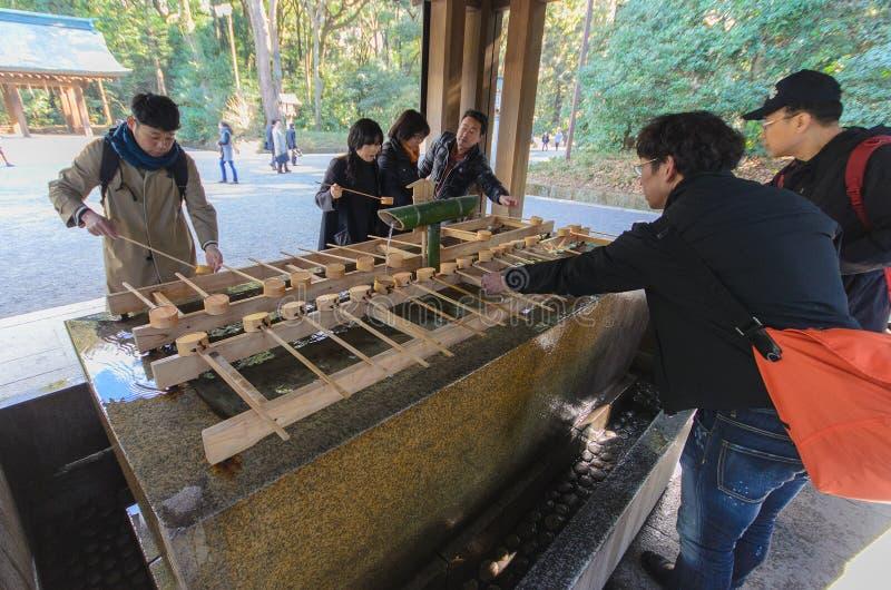 Токио, Япония - 26-ое января 2016: Неопознанная рука rinse людей стоковая фотография rf