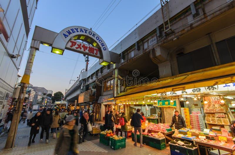 Токио, Япония - 27-ое января 2016: Торговая улица Ameyoko в toky стоковая фотография