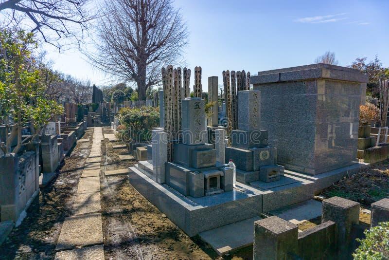 Токио, Япония - 27-ое января 2016: Японское кладбище на Yanaka Dist стоковая фотография
