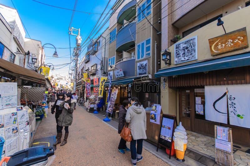 Токио, Япония - 27-ое января 2016: Yanaka Ginza торговая улица которая наиболее хорошо представляет вкус shitamachi района Yanaka стоковая фотография