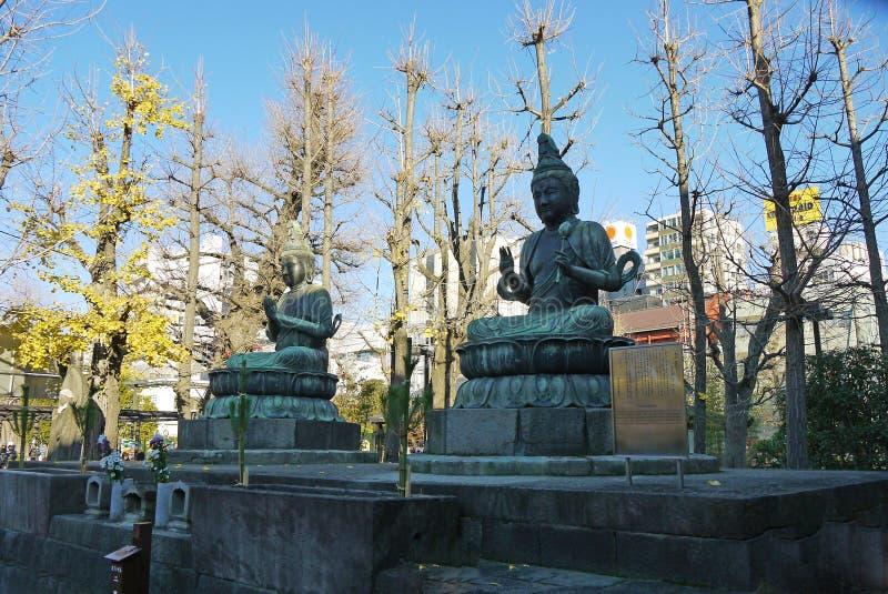 Токио, Япония - статуя бога Будды японца стоковые изображения