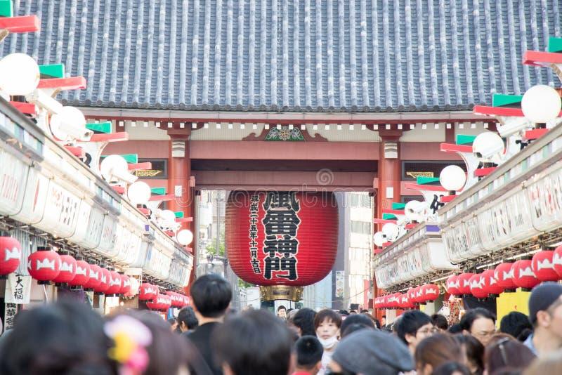 ТОКИО, ЯПОНИЯ - 23-ЬЕ АПРЕЛЯ 2017: Люди толпы ходя по магазинам на Nakamise стоковое изображение