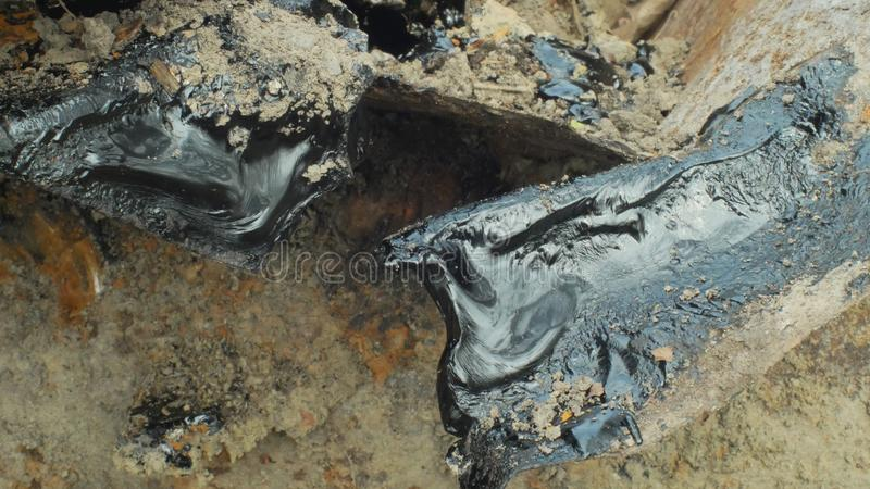Токсический химикат асфальта смолки подробно и глина крупного плана Бывший отход сброса, природа влияний от загрязненной почвы и стоковая фотография
