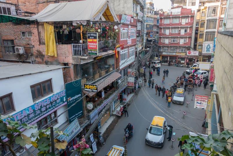 Толкотня и суматоха в оживленных улицах Катманду, Непала, как locals и туристы смешанные в узких улочках стоковое изображение rf
