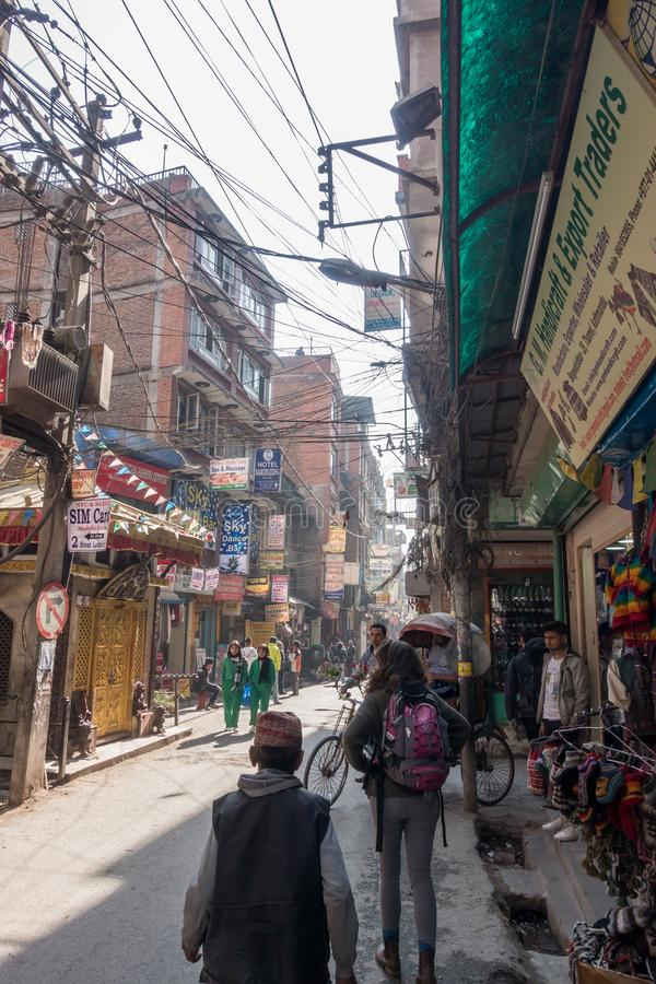 Толкотня и суматоха в оживленных улицах Катманду, Непала, как locals и туристы смешанные в узких улочках стоковые изображения rf