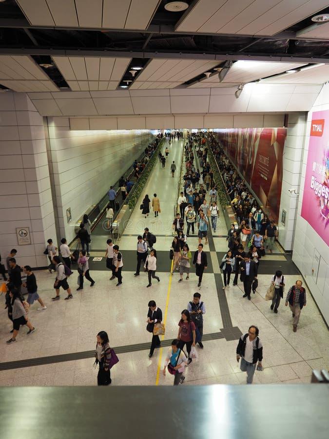 Толкотня и суматоха центрального вокзала Гонконга в час пик стоковая фотография