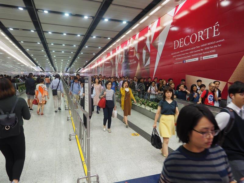 Толкотня и суматоха центрального вокзала Гонконга в час пик стоковые фотографии rf