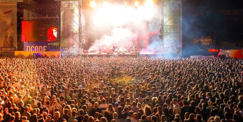 Толпа в концерте на музыкальном фестивале Dcode стоковые фото