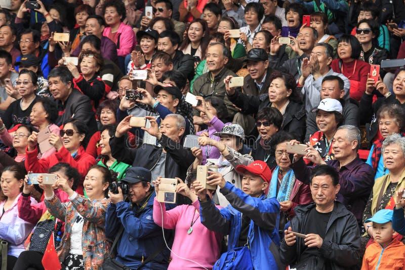 Толпа китайского народа внутри в деревне национальности Xijiang Miao в Гуйчжоу стоковые изображения rf