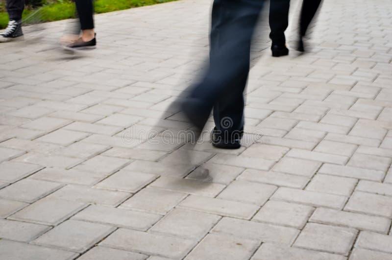 Толпа людей идя на улицу Нерезкость движения стоковые фотографии rf