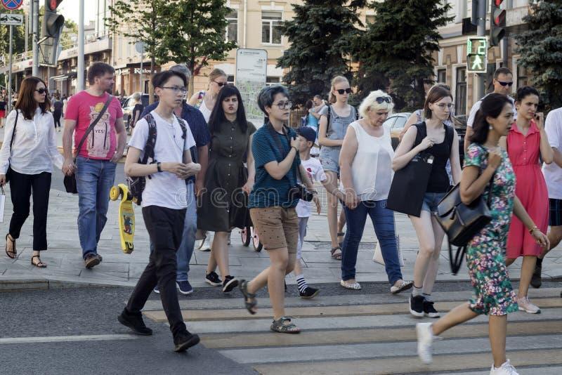 Толпа людей пересекая дорогу на светофоры стоковая фотография rf