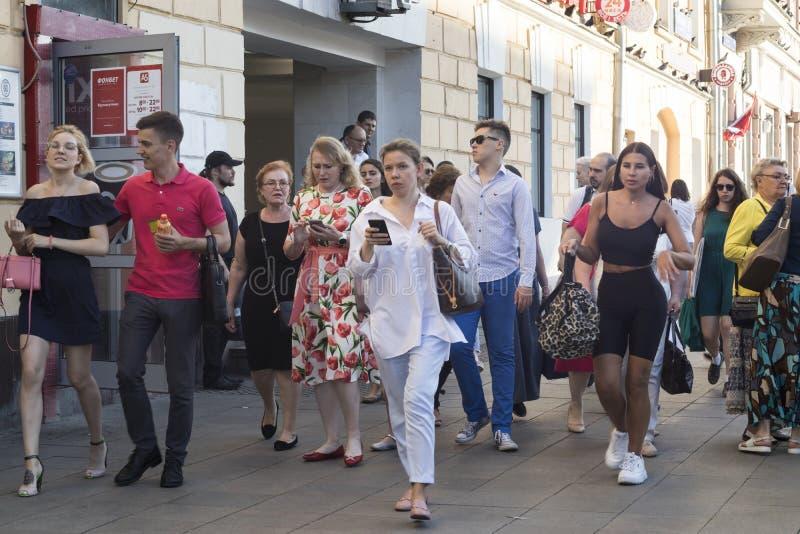 Толпа людей пересекая дорогу на светофоры стоковые фото