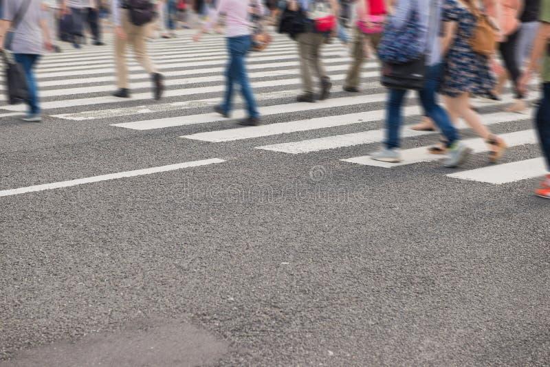 Толпа людей пересекая улицу в Японии стоковая фотография rf