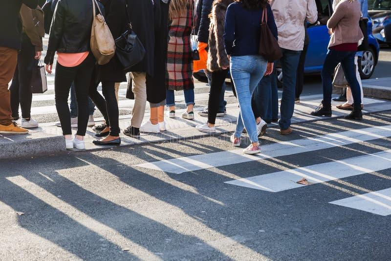 Толпа людей пересекая улицу на пешеходный переход стоковые фотографии rf
