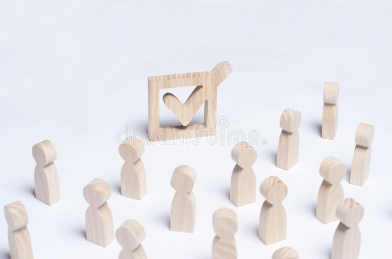 Толпа людей участвует в избрании Политический процесс, форум, референдум, аннексирование, занятие, разведение от стоковые фото