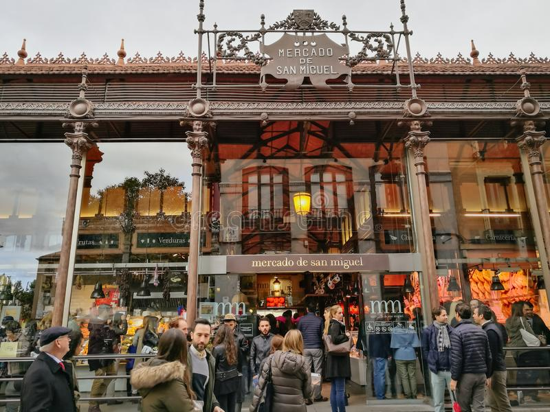 Толпа на рынке San Miguel madrid Испания стоковые фото