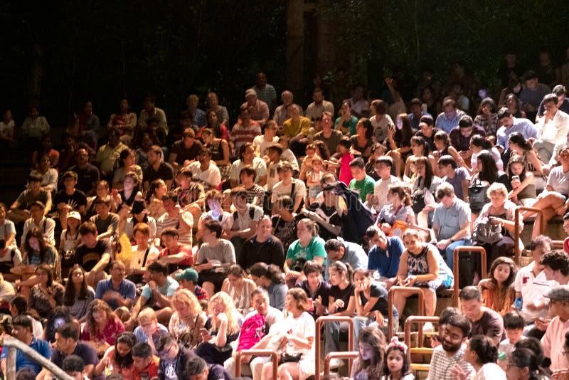 Толпа на сафари джунглей Сингапура стоковые изображения rf