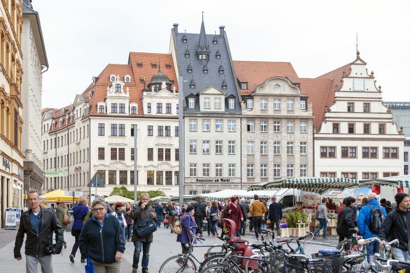 Толпа на Marktplatz, рыночная площадь в центре города Лейпцига в Германии, окруженном историческими зданиями стоковые фото