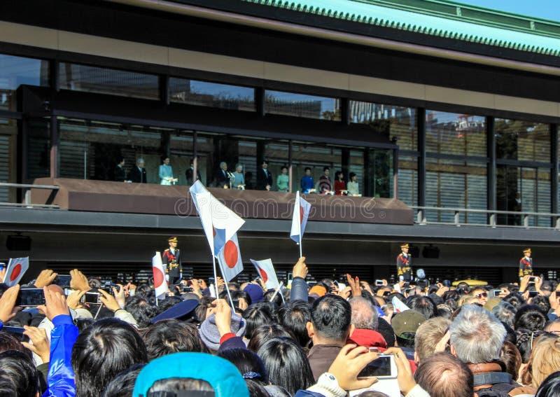Толпа под балконом в квадрате перед имперским дворцом на первый день Нового Года в токио стоковое фото