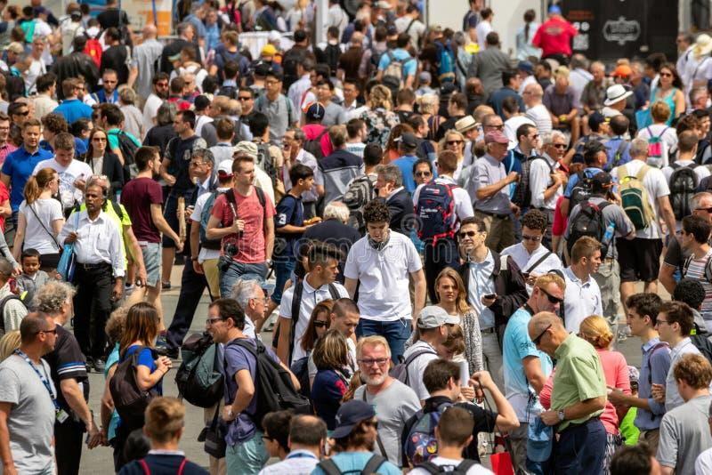 Толпа посетителей стоковые изображения