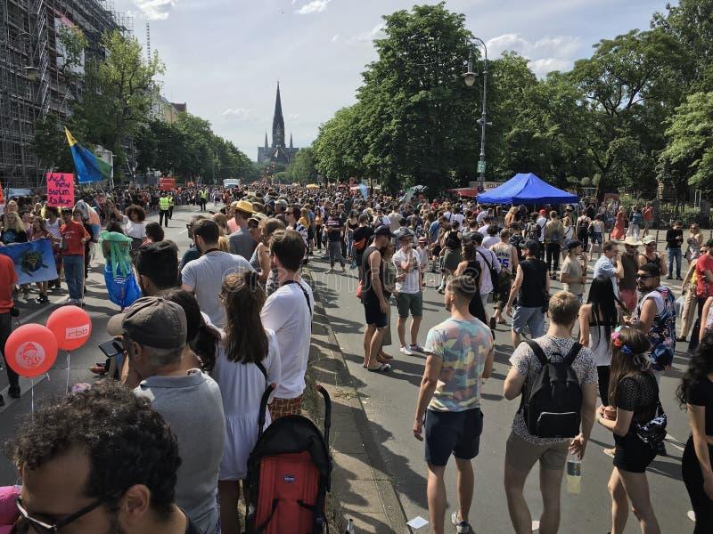Толпа присутствуя на масленице культур проходит парадом der Kulturen Umzug Karneval - многокультурный музыкальный фестиваль в Kre стоковые фото