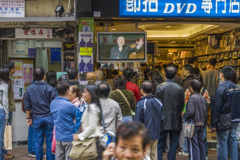 Толпа смотря телевидение стоковые изображения rf