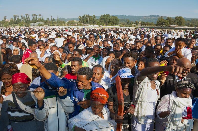 Толпа эфиопских людей собирает для того чтобы отпраздновать фестиваль Timkat религиозный правоверный в Аддис-Абеба, Эфиопии стоковое фото rf