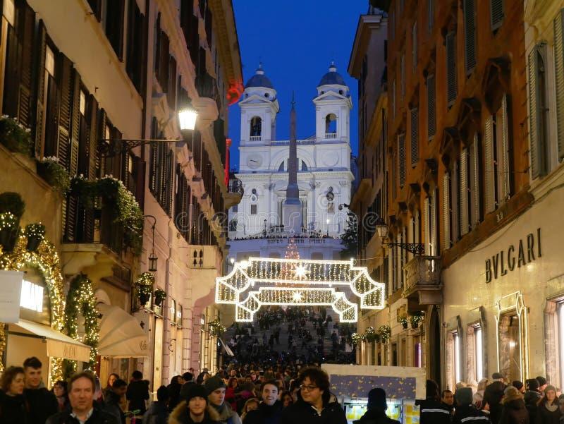 Толпитесь люди гуляя через праздник Рим xmas рождества Condotti стоковая фотография rf