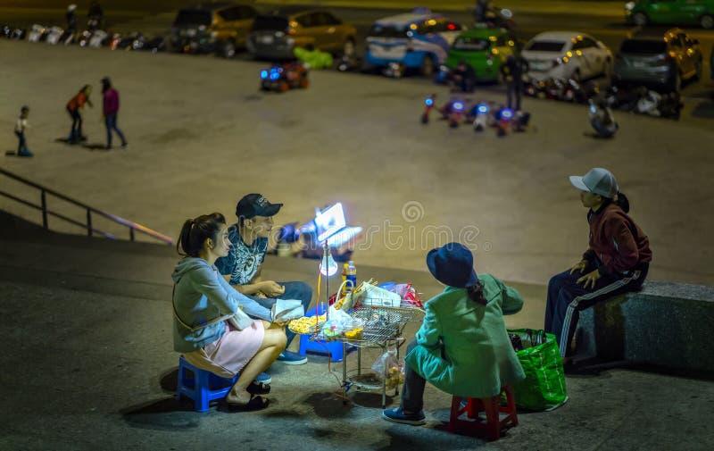 Толпить атмосфера на рынке ночи стоковая фотография