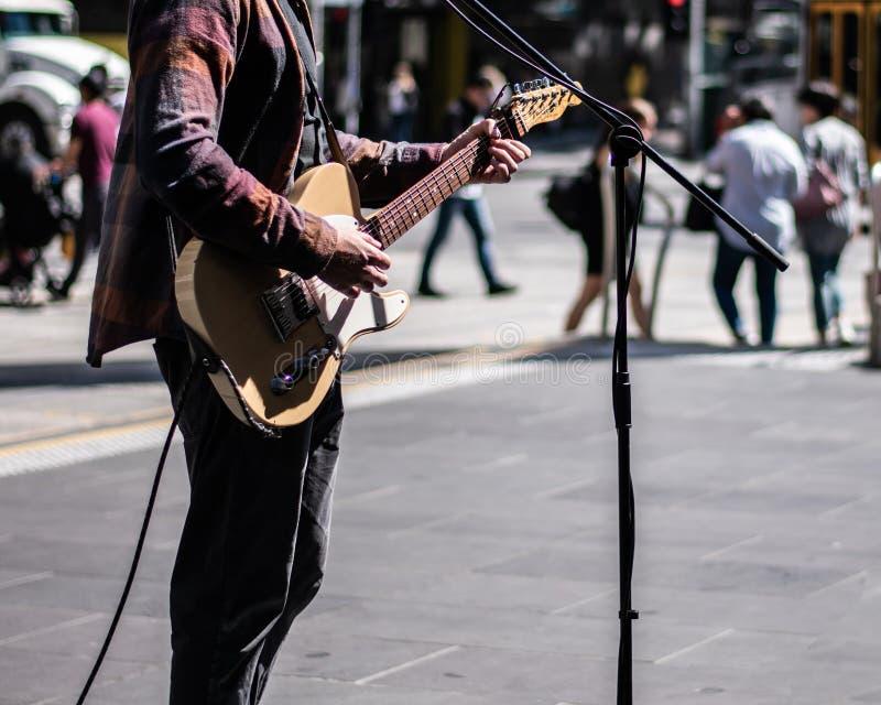 Музыкант улицы играя гитару стоковое изображение rf