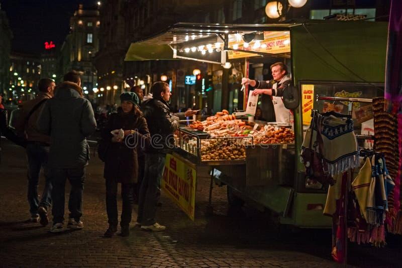 Толпить киоск еды улицы продавая в ноче милана стоковое фото