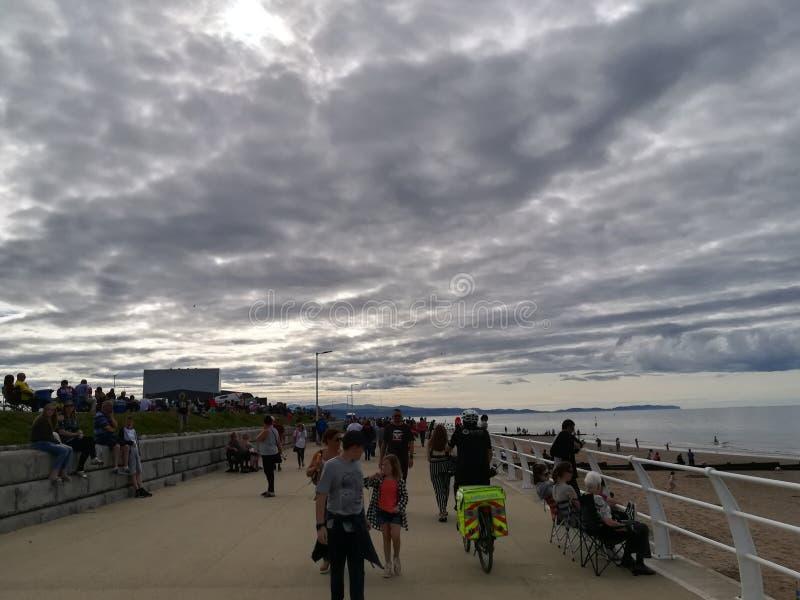 Толпить пляж на пасмурный день стоковые изображения rf