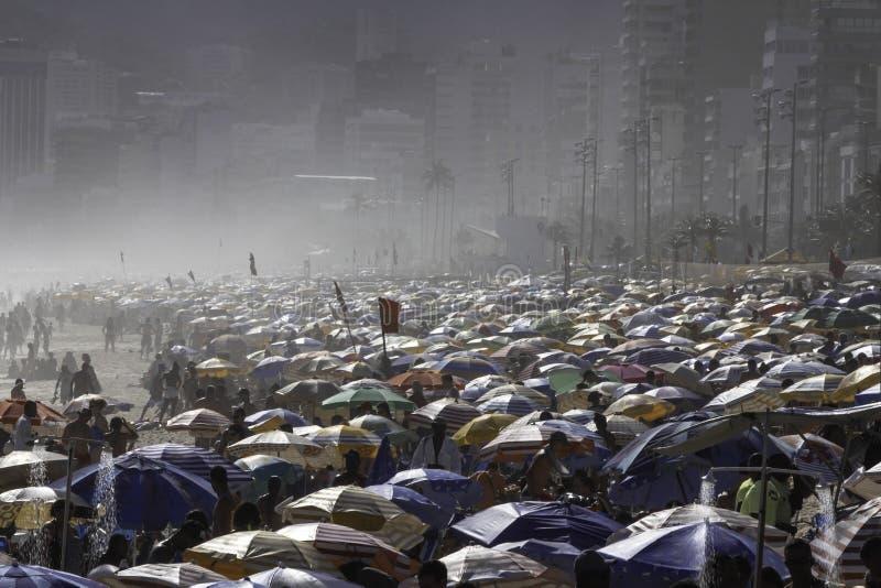 Толпить пляж Ipanema в Рио-де-Жанейро стоковые изображения