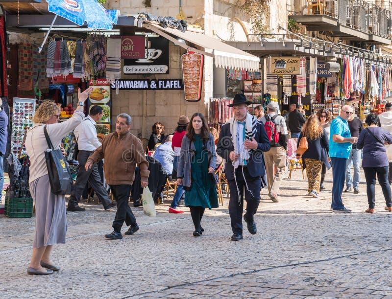Толпить улица Омар Бен el-Hatab около ворот Яффы в старом городе Иерусалима, Израиля стоковые фото
