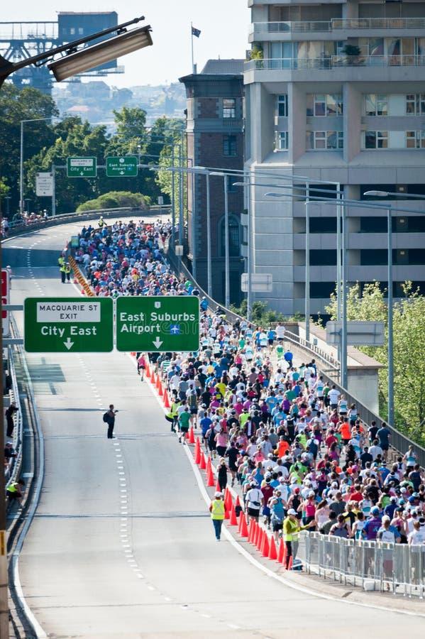 Толпы, который побежали через мост гавани Сиднея для бега потехи - порт стоковые изображения