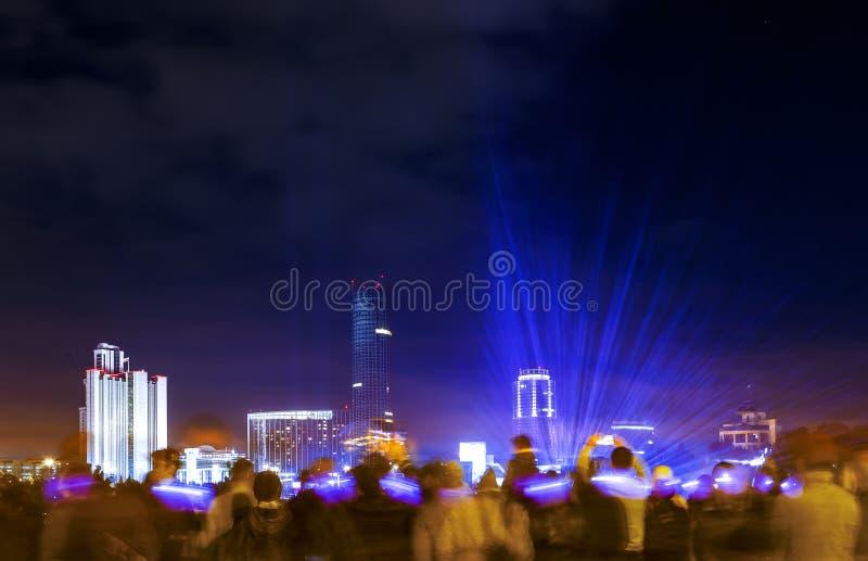 Толпы людей наблюдая, как лазер показал на торжестве в центре города на портовом районе, Екатеринбурге стоковые фото