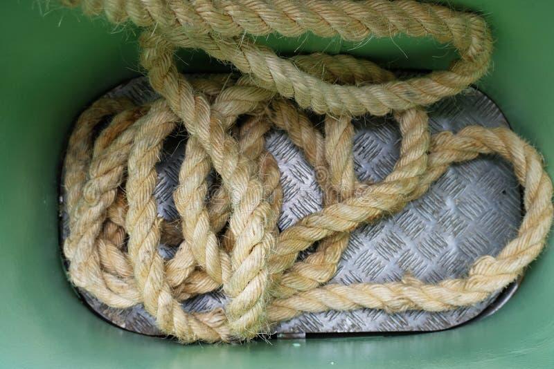 Толстая причаливая веревочка на палубе корабля стоковое изображение