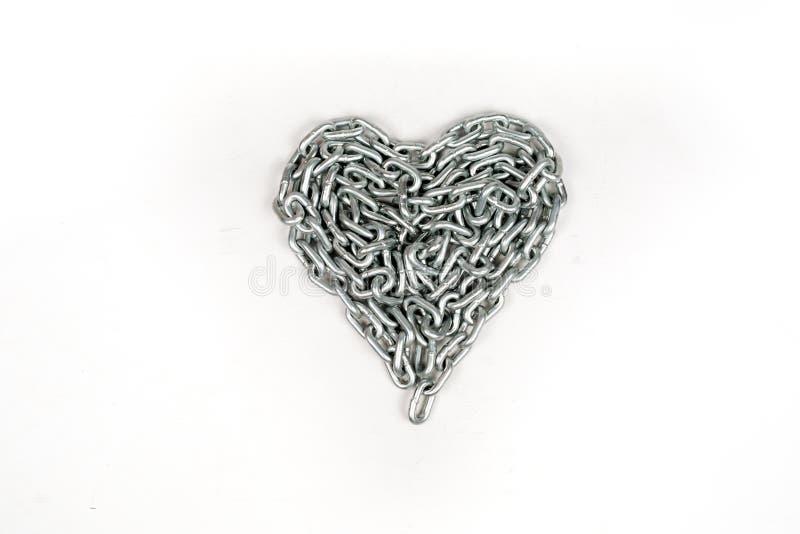 Толстая цепь металла сложенная сердцем на белой изолированной предпосылке стоковая фотография rf