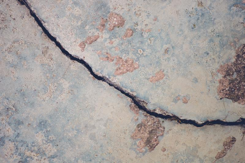 Толстый зазор в предпосылке пола цемента стоковая фотография