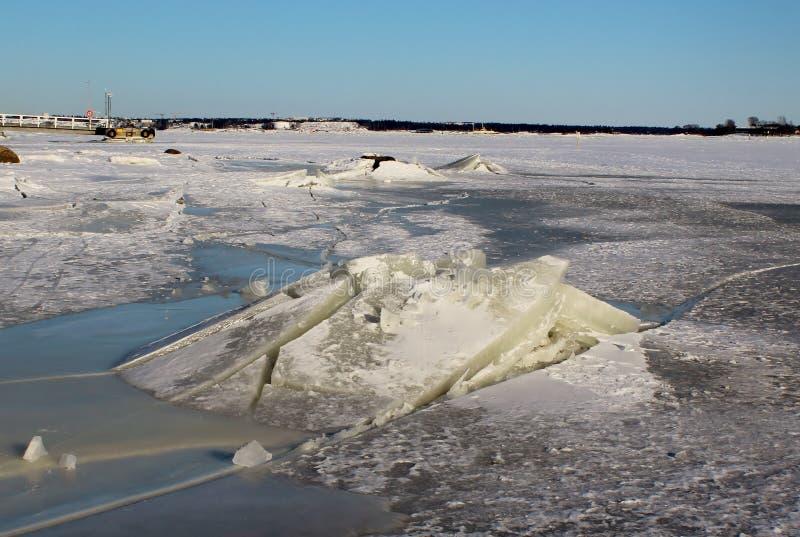 Толстый лед, который замерли Балтийское море, Хельсинки, Финляндия стоковые изображения rf