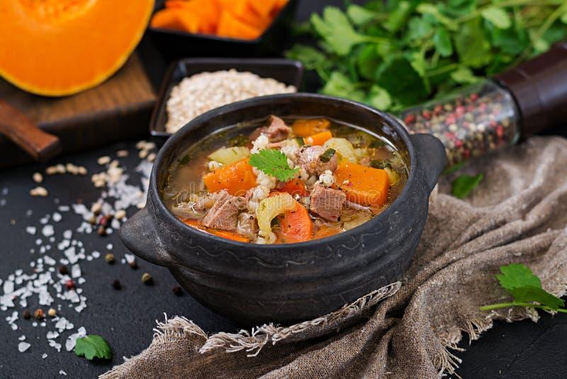 Толстый суп с говядиной, ячменем жемчуга, тыквой и сельдереем стоковая фотография