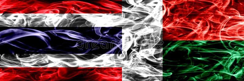 Толстым покрашенные конспектом шелковистые флаги дыма стоковая фотография