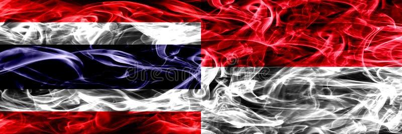Толстым покрашенные конспектом шелковистые флаги дыма стоковые фото