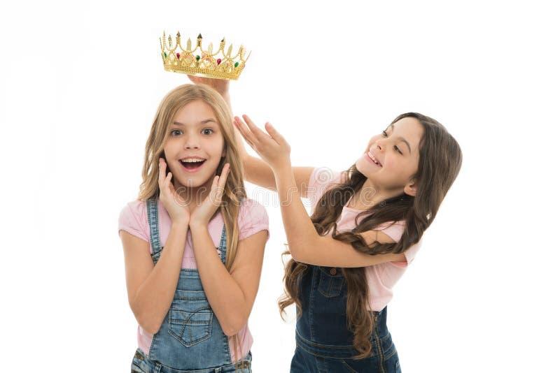 Только один чемпион Прелестный небольшой ребенок награждая милую маленькую девушку чемпиона с кроной Счастливый маленький победит стоковое изображение rf