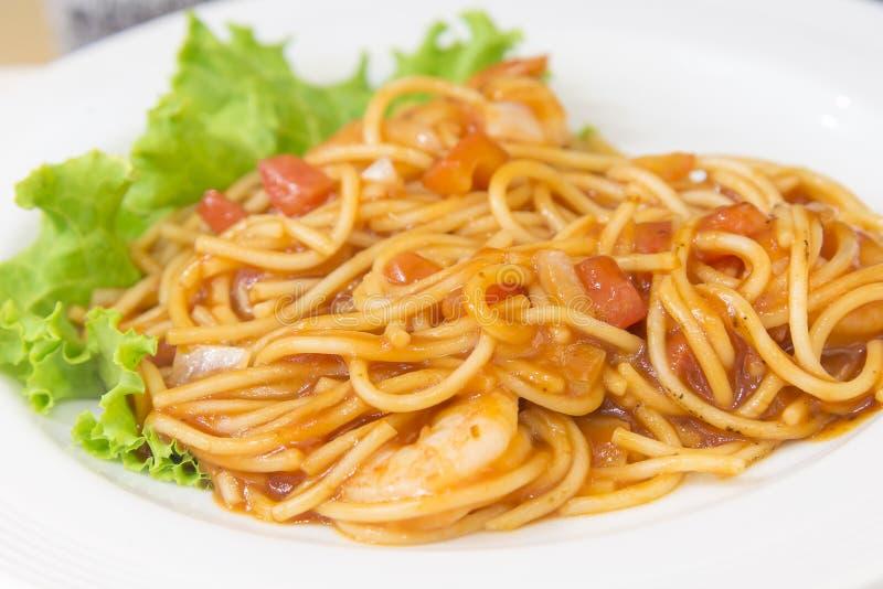 Томатный соус спагетти с креветкой стоковые фото