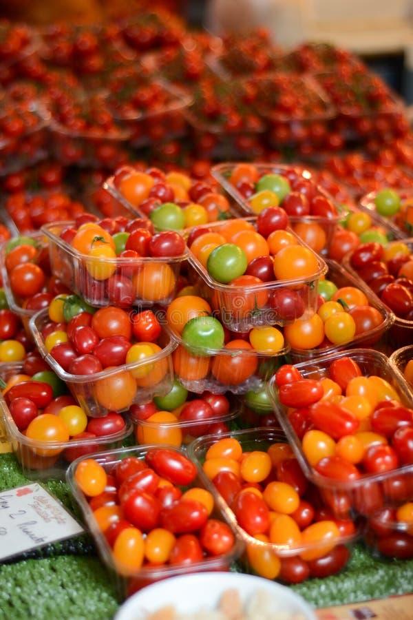 Томаты вишни в коробках для продажи стоковая фотография rf