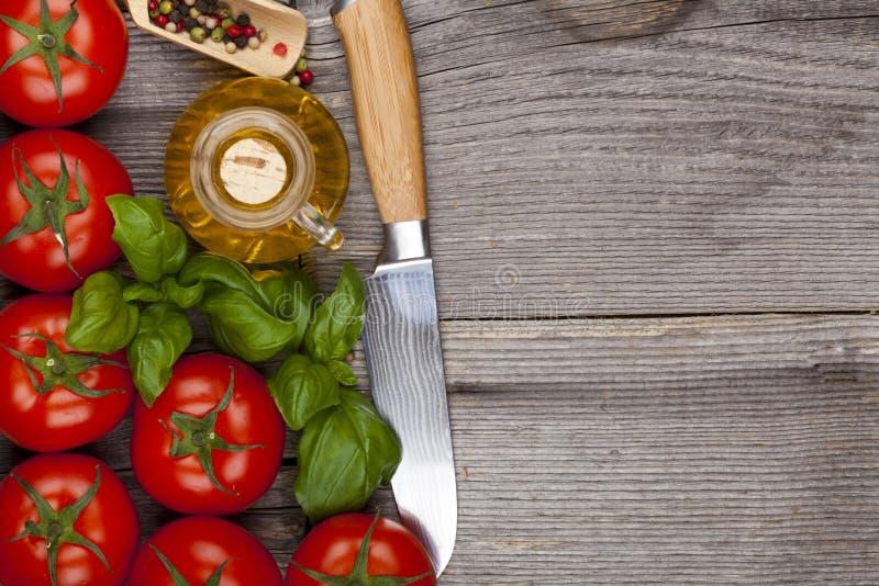 Томаты и нож стоковая фотография rf