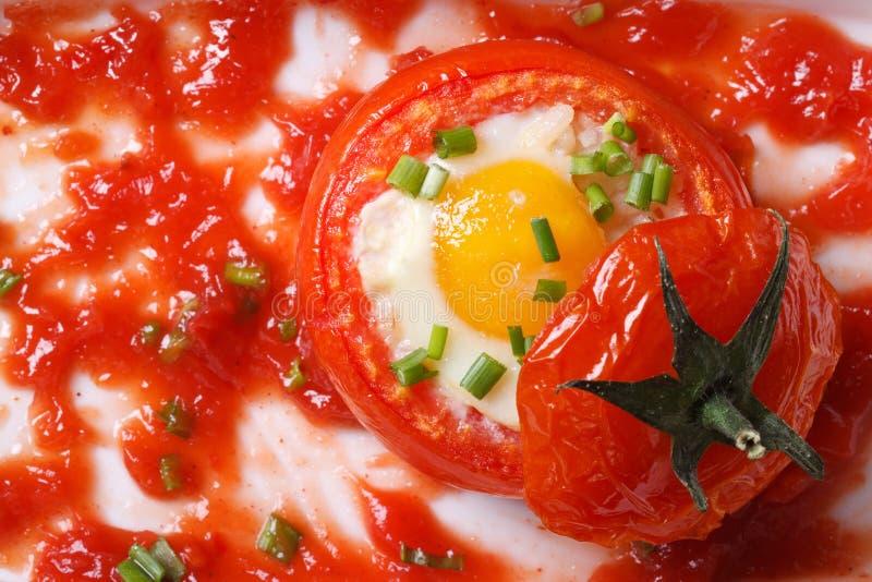 Томаты и соус испеченные яичками внутренние зрелые Взгляд сверху стоковая фотография