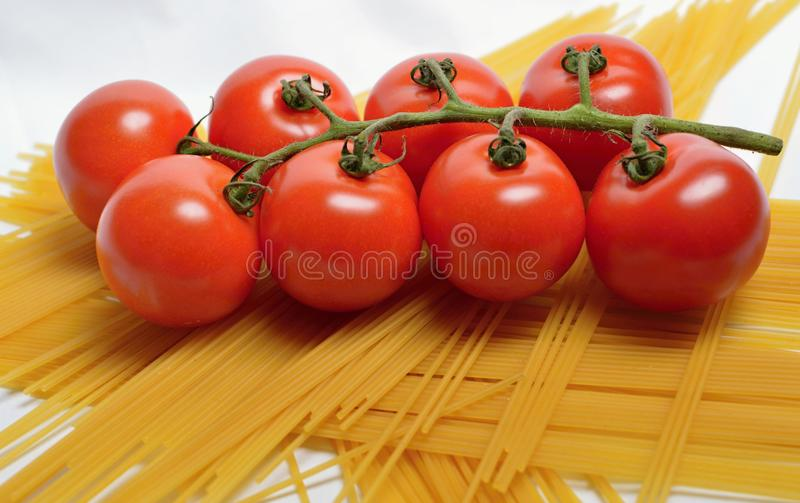 Томаты и спагетти стоковые фотографии rf