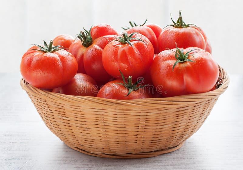 томаты корзины свежие стоковая фотография rf